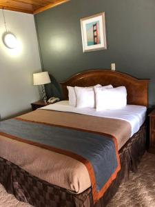 A bed or beds in a room at Budget Inn -Yreka