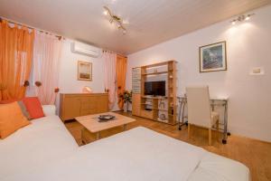 Televízia a/alebo spoločenská miestnosť v ubytovaní Apartment Patricia