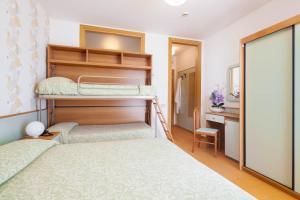 Palanda nebo palandy na pokoji v ubytování Hotel Universal