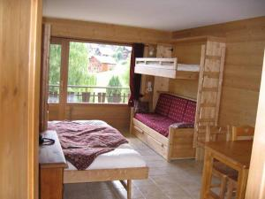 A bunk bed or bunk beds in a room at Studio Forclaz