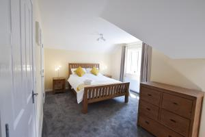 A bed or beds in a room at Hillyard Mews