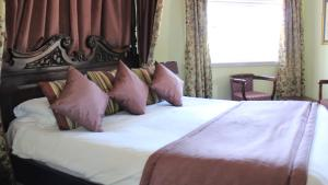 A bed or beds in a room at The Devil's Punchbowl Hotel