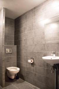 A bathroom at Amsterdam Hostel Orfeo