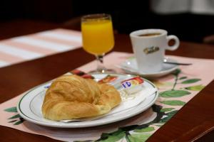 Breakfast options available to guests at Puerta de Sevilla