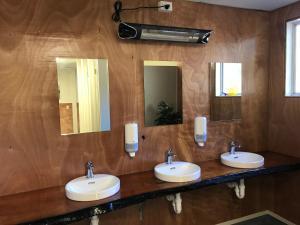 A bathroom at Tongariro Holiday Park