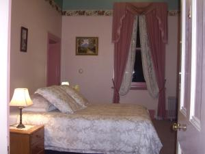 A bed or beds in a room at Lucinda B&B