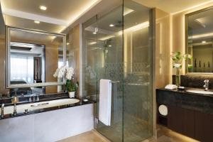 A bathroom at Anantara Riverside Bangkok Resort