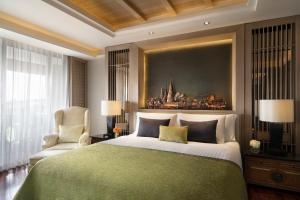 A bed or beds in a room at Anantara Riverside Bangkok Resort