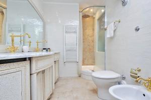 A bathroom at Domus Monamì Luxury Suites