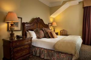 A bed or beds in a room at Blennerhassett Hotel