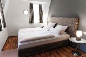 A bed or beds in a room at Hotel Engel