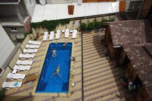Вид на бассейн в Гранд Вилла Гостевой Дом или окрестностях