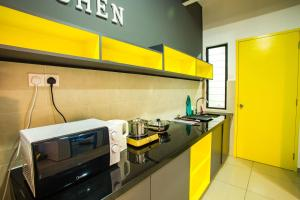 A kitchen or kitchenette at PLAY Residence @ Atlantis by Cobnb