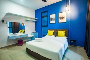 A bed or beds in a room at PLAY Residence @ Atlantis by Cobnb