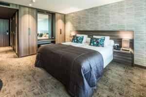 A bed or beds in a room at Van der Valk Hotel Hengelo