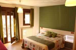 A bed or beds in a room at Hostal La Ribera del Júcar