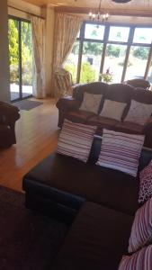 A seating area at Tulla Villa Self Catering