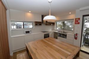 A kitchen or kitchenette at Mowamba A1