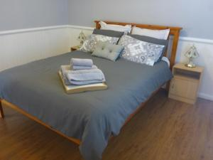 A bed or beds in a room at Singleton Rose Cottages