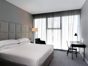 A bed or beds in a room at Four Points by Sheraton Brisbane