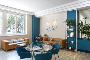 A seating area at B&B Hotel Pescara