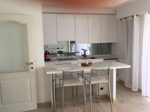 A kitchen or kitchenette at Delizioso Appartamento Vista Mare