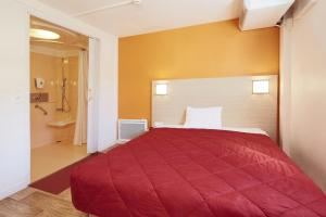 A bed or beds in a room at Premiere Classe Roissy CDG - Paris Nord 2 - Parc des Expositions