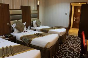 سرير أو أسرّة في غرفة في فندق بروفينس الشام
