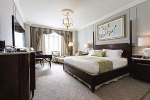 A bed or beds in a room at Belmond Charleston Place