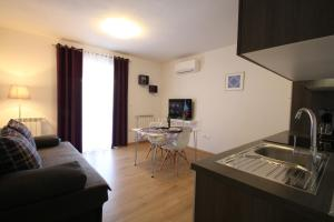 A kitchen or kitchenette at Apartments Supra Mare