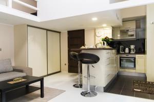 A kitchen or kitchenette at R&R Apartment Rákóczi