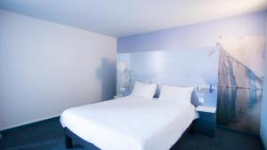 A bed or beds in a room at ibis Styles Toulon Centre Port