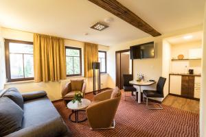 Ein Sitzbereich in der Unterkunft Hotel Goldener Hirsch