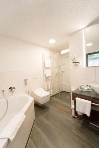 Ein Badezimmer in der Unterkunft Hotel Goldener Hirsch