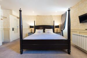 A bed or beds in a room at Brooks Hotel