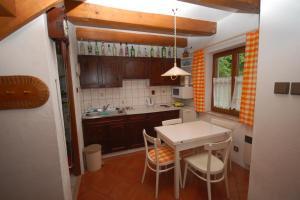 Kuchyň nebo kuchyňský kout v ubytování Holiday home Kovarov/Lipno-Stausee 1942