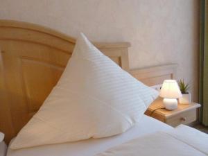 Ein Bett oder Betten in einem Zimmer der Unterkunft Landgasthaus Zum Steinernen Mann
