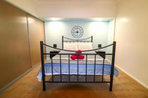 A bed or beds in a room at Blacksmiths Sea Breeze