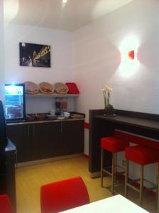 Кухня или мини-кухня в Hotel Bristol Metz Centre Gare