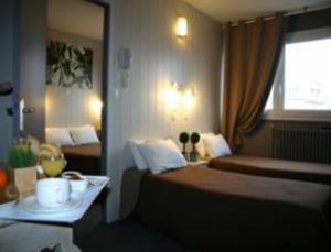 A bed or beds in a room at Hôtel De Londres