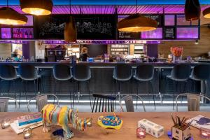 The lounge or bar area at Moxy Milan Linate