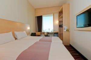 سرير أو أسرّة في غرفة في إيبيس شرق