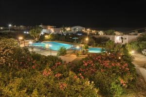 O vedere a piscinei de la sau din apropiere de Anthemis
