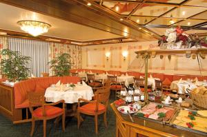 A restaurant or other place to eat at Burghotel