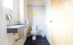 Um banheiro em Mustique Suites Curacao