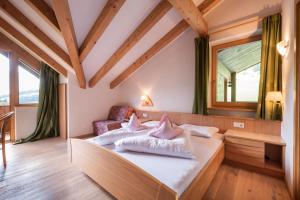 Ein Bett oder Betten in einem Zimmer der Unterkunft Hotel Alpenfrieden