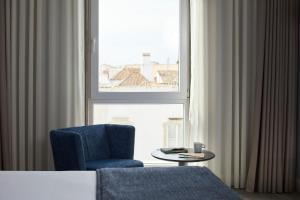 Ein Sitzbereich in der Unterkunft Hotel Faro & Beach Club