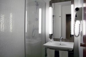 A bathroom at Kyriad Compiègne