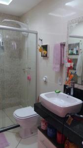 A bathroom at Re Vieira bloco do urso