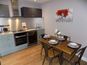 A kitchen or kitchenette at The Old Wool House Apartments